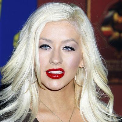 Gwen Stefani gibi kırmızı rujuyla özdeşleşen Christina Aguilera, bu haliyle çekici ama yaşından çok fazla büyük görünüyor.